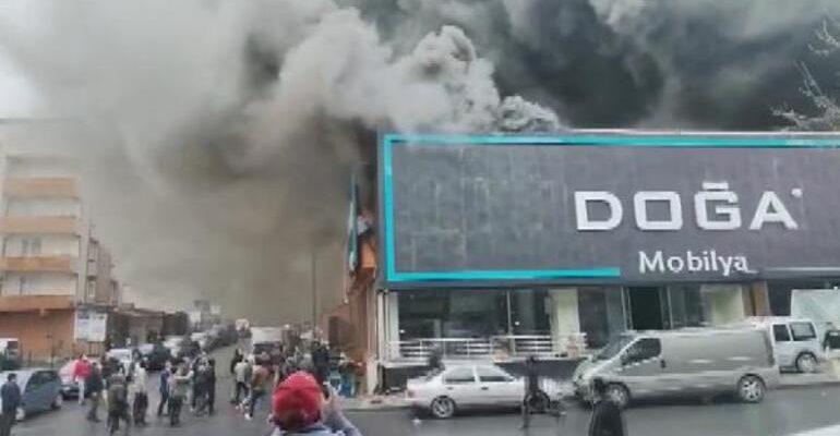 Ataşehir'de Fabrikada Yangın! İşçiler Alev Kapanından Kaçtı.
